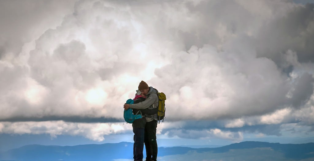 Ett älskande par på toppen av världen