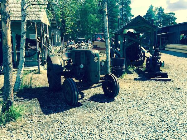 Traktor och sågverk